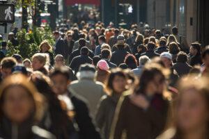 mensen lopen in een stad