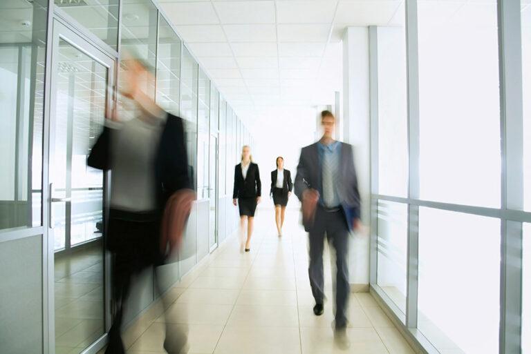 Werknemers lopen op kantoor