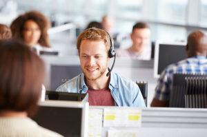 tevreden customer service medewerker