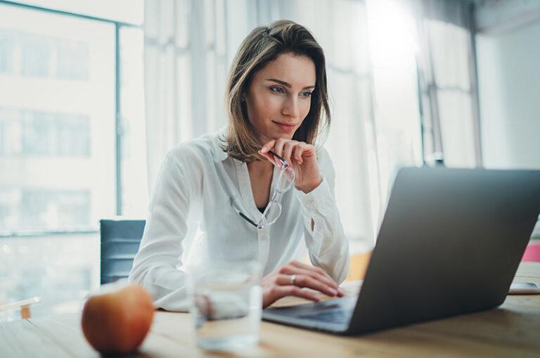 Medewerker hard aan het werk achter laptop
