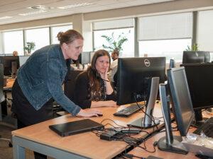 medewerker helpt collega